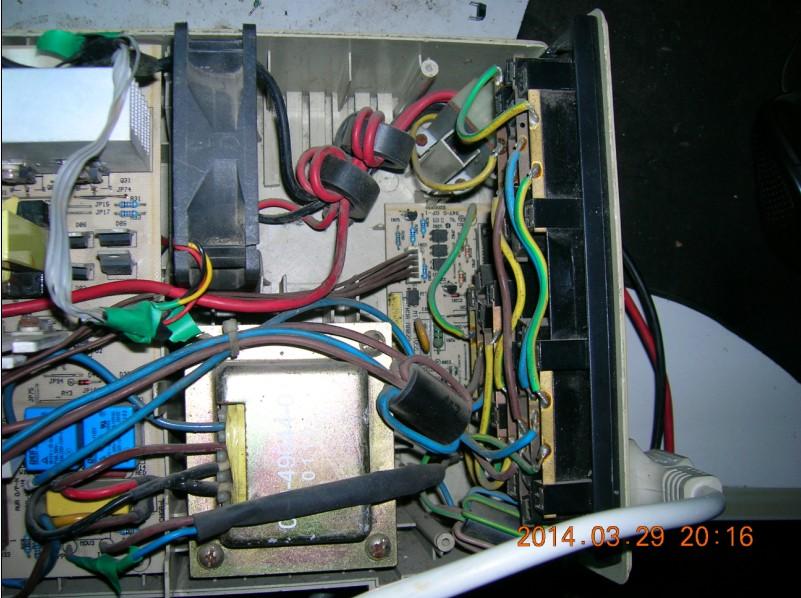 手里有一台MT1000S长效机型,使用的是24V外置电池组,是一位朋友多年前给的故障机,故障现象是不能开机,不能逆变,按开机键的一点时间灯泡可以闪一下,,接着就报警。因为家中的APC5000VA 模块机无市情况下输出为60HZ,就想修复这个UPS为市电引导机。 经常检查发现前级正常,前级为SG3525 四个功率管为IRF1010 ,H桥为四个 740管。经电路分析,开机时可以看到灯泡一闪,可以认为前级基本正常,故障应为H桥有故障,经成用表检查,分析,发现U2 U3 两个817光耦是用来控制H桥的四个场管工