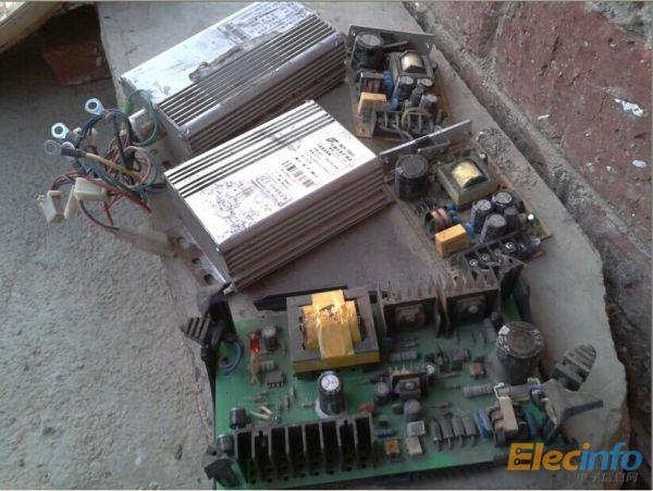 昨天在垃圾站里淘到几块电路板,一块是36V电车充电电路板,盒烂掉了,也不知电路板是否有故障,另两块是电源板,经测试是好的,13V,是保护型的,可以调节电源电压,最高达17V,电源变压器是EE28型的。想用这两块小板做充电器,大家认为怎么样啊,我的充电器是按网上的图自做,可控硅,设在15V停止充电的。
