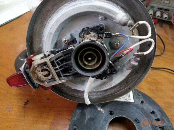 特别简单,R=150K,电炉丝 阻值33左右,220平方/1500W 通过LED指示灯的电流是1.5mA, 温控原理是电加热炉丝温度升高时,带动S2,断开220V。 S1是个压电开关,S2其实就是个拨片而已。 红线的接头松了,也就是S1的左边没有电进来而已,就这么任性!