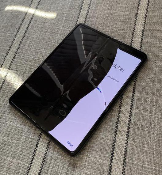 三星折叠屏手机又悲剧了!万元折叠屏,组团黑屏