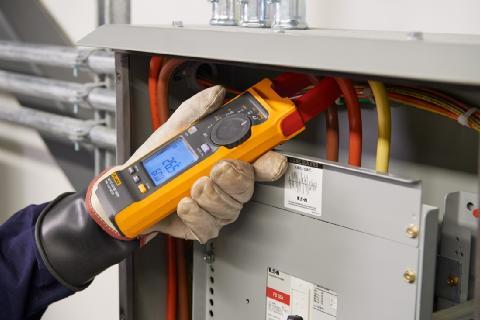 配有 iFlex 探头的 Fluke 393 FC CAT III 1500 V真有效值钳表,可在 1500 V 直流环境中提供安全、快速的测量